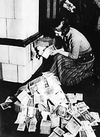 Questa celebre immagine mostra il valore del marco nel 1923.