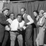 Werner Finck in scena con il cast del Die Katakombe