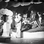 """Lo spettacolo """"Paradeisspiel: Der Apfel ist ab!"""", in scena al Kabarett der Komiker nel 1938 (Landesarchiv Baden-Württemberg Abt.Staatsarchiv Freiburg, W 134 Nr. 015388a / Ph. Willy Pragher)."""