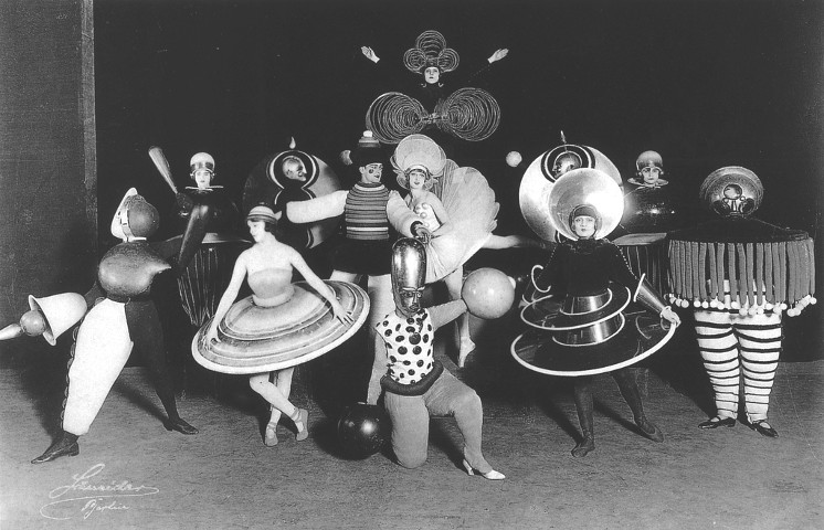 Foto di scena per i costumi del Triadische Ballett del 1922