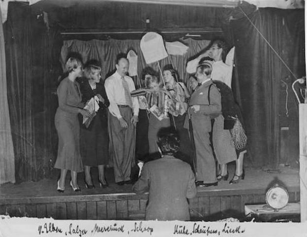 """Le prove dello spettacolo """"Höchste Eisenbahn"""", nel settembre del 1932. Di spalle, Friedrich Hollaender."""