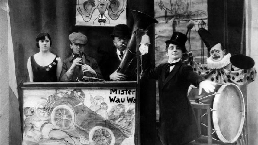 Bertolt Brecht (col flauto), Karl Valentin (al centro, con la tuba) e la sua sodale Liesl Karlstadt (con cilindro) nel Lachkeller di Monaco nel 1920.