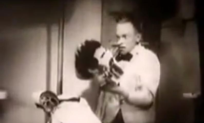 """Karl Valentin nel film """"Mysterien eines Frisiersalons"""" (1922)"""