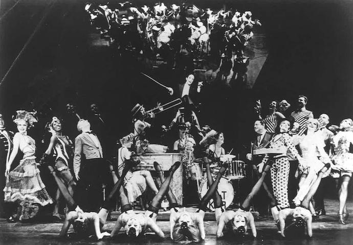 """Joel Grey e il cast di """"Cabaret"""" nel 1966."""
