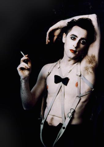 """Alan Cumming nei panni dello Emcee del musical """"Cabaret"""", nella versione di Sam Mendes."""