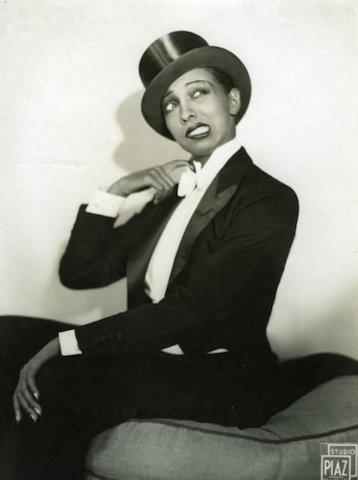 Josephine Baker, che fu a Berlino nel 1926, sembra fare il verso a Marlene Dietrich