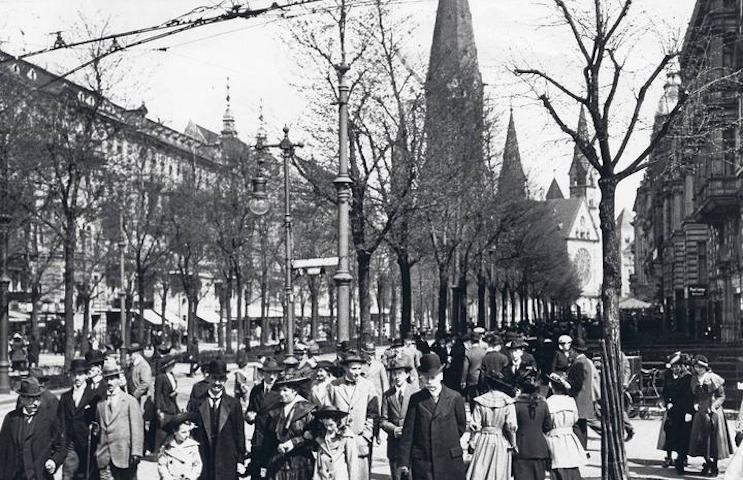 Una passeggiata a Kurfuerstendamm nel 1916 (da www.stadtbild-deutschland.org)